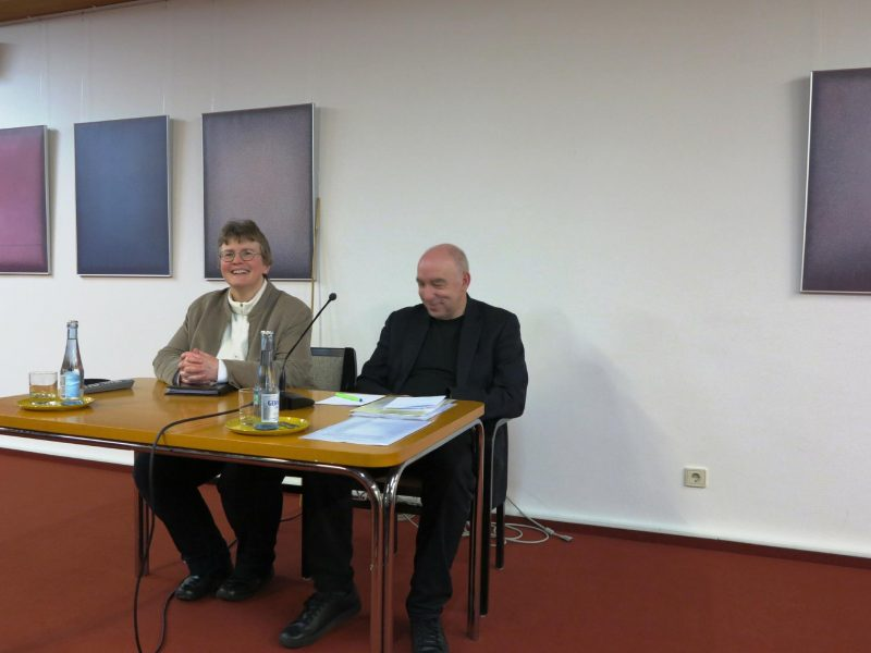 Dorothee Mann und Dr. Ludwig bei der Reflexion der Exkursion