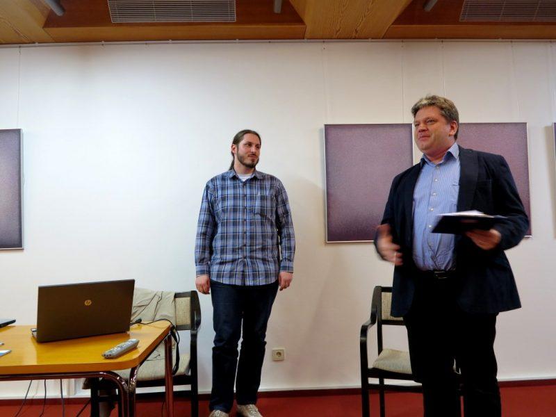 Damian Lazarek begrüßt als Referenten Kaan Orhon