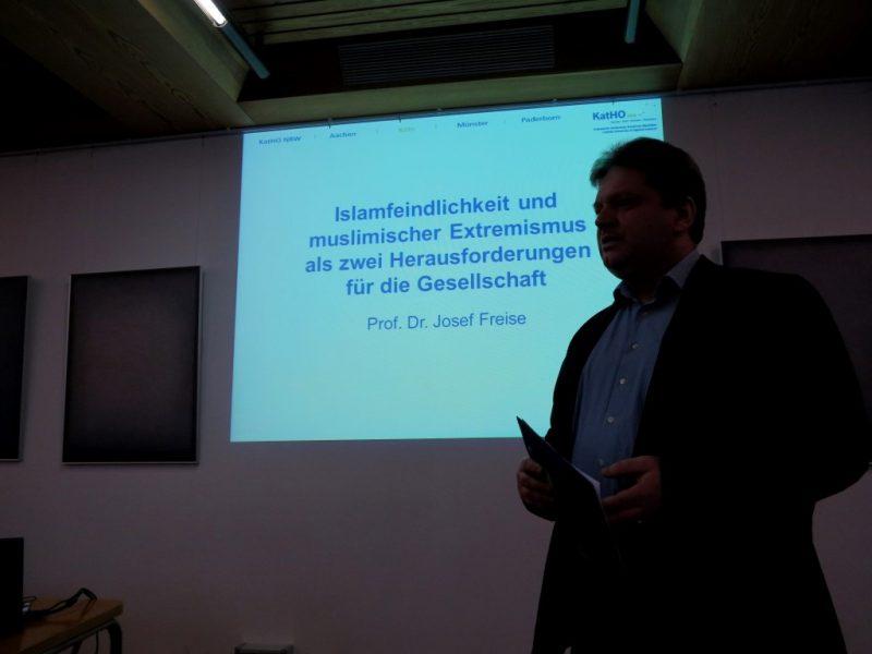 Damian Lazarek, Die Hegge, begrüßt Referenten und Teilnehmer