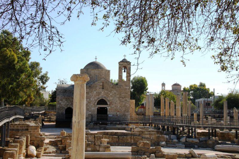 Ausgrabungen mit Paulussäule vor der Kirche Agia Kiriaki