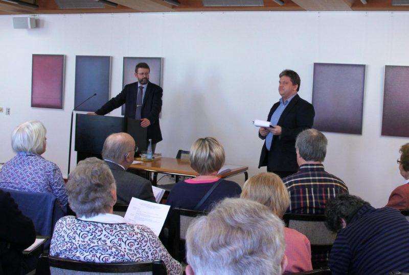 Begrüßung des Referenten Dr. Burkhard Neumann und der Gäste durch Damian Lazarek