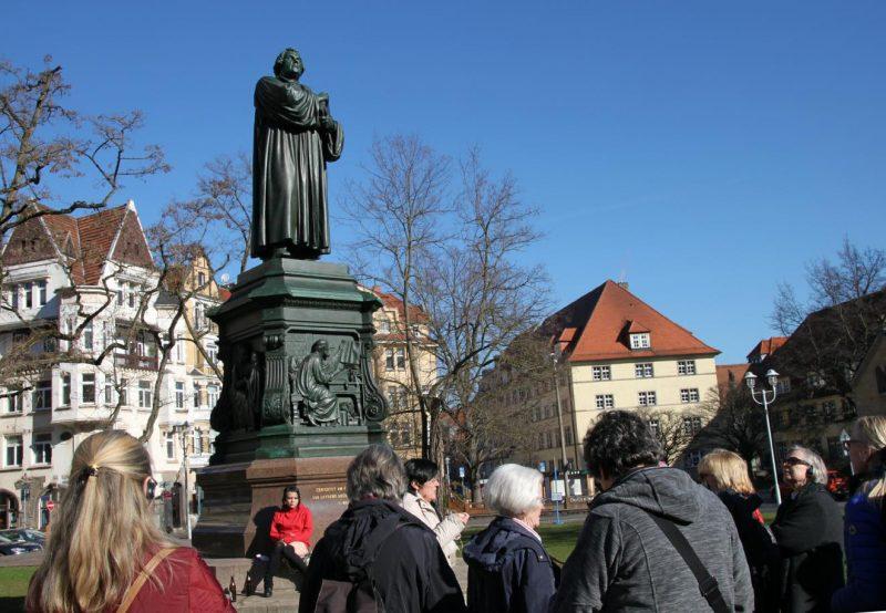 Frau Lieberknecht hat die Gruppe zum Lutherdenkmal geführt