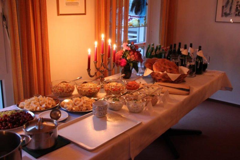 Der Tisch ist reich gedeckt