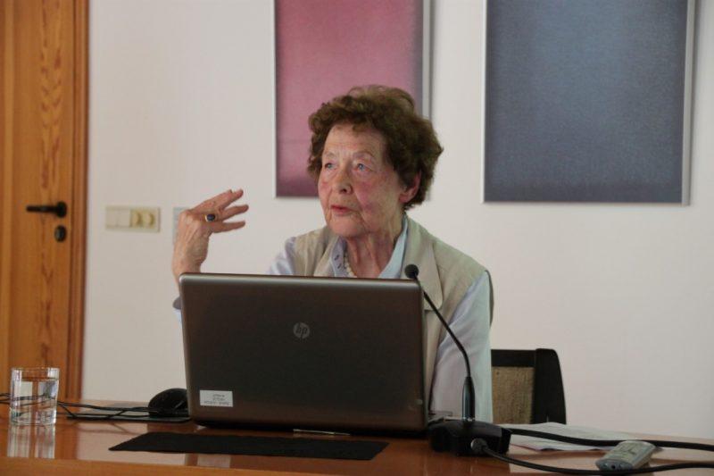 Frau Anna beim Vortrag