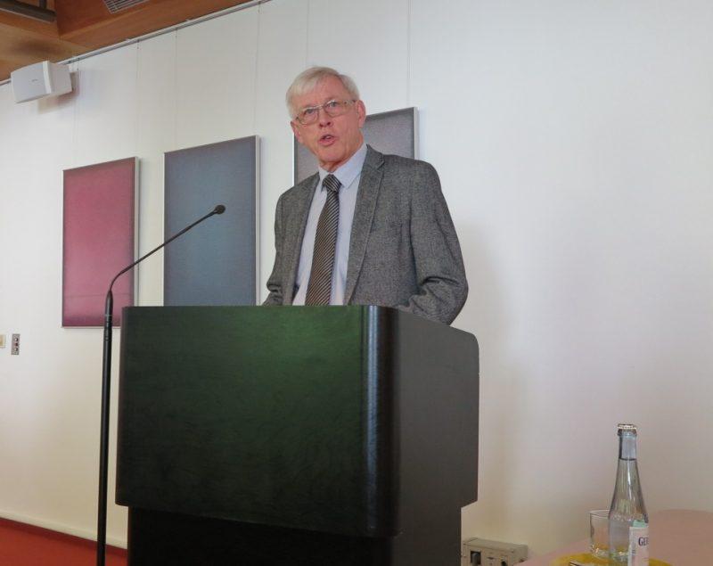 Dr. Norbert Ernst begrüßt die Referenten und Tagungsteilnehmer