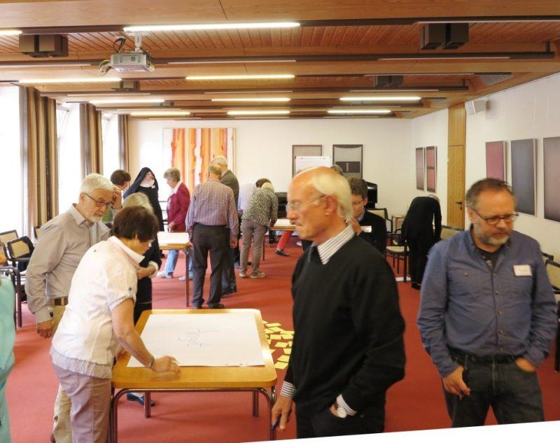 Ein Gedicht entsteht: Aktive Teilnehmer beim Workshop