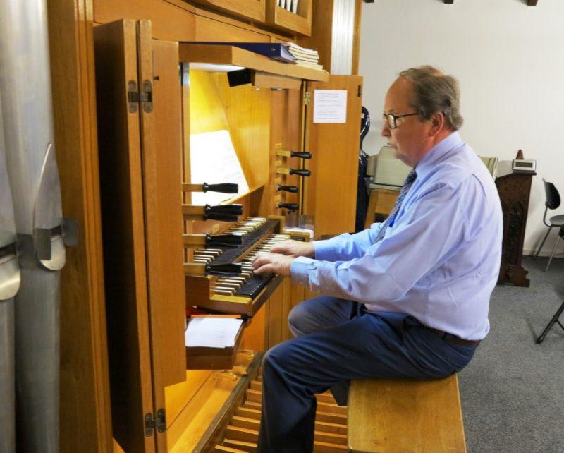 Dr. György Hajós an der Orgel