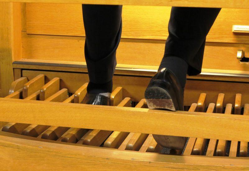 Fußarbeit beim Orgelkonzert