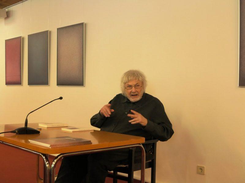 Prof. Heinz-Albert Heindrichs trägt seine Gedichte vor