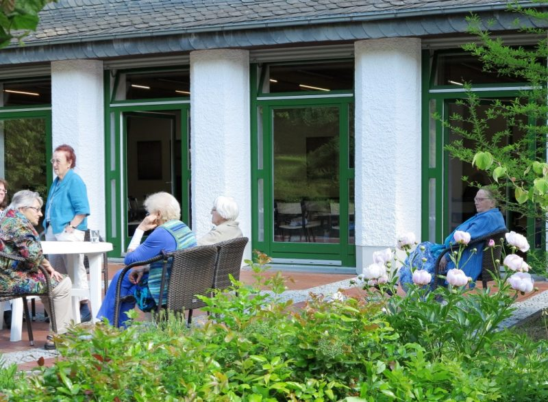 Kleine Pause auf der sonnigen Terrasse des Vortragsraums