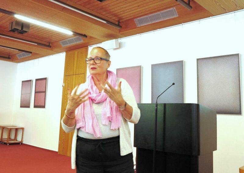 Dr. phil. habil. Iris Gniosdorsch bei einem ihrer lebhaften Vorträge