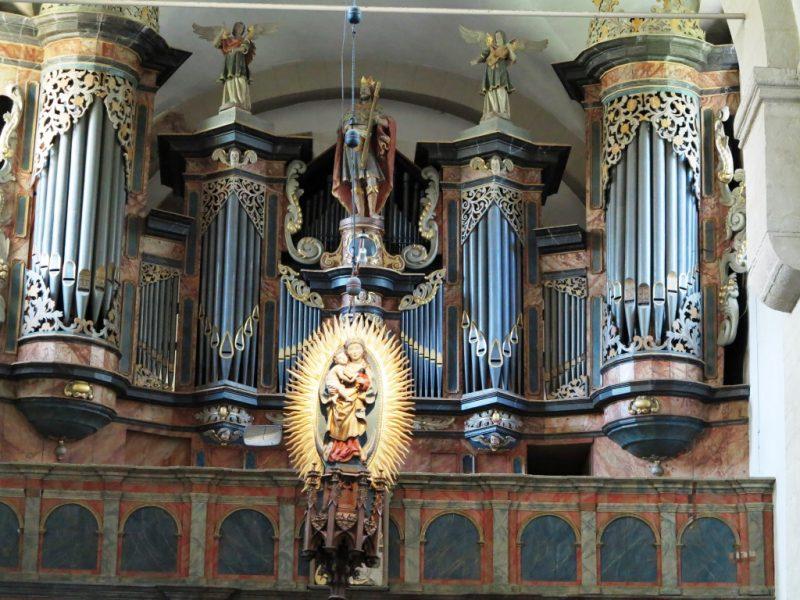 Die barocke Orgel in Gehrden wird von Dr. Unger erklärt