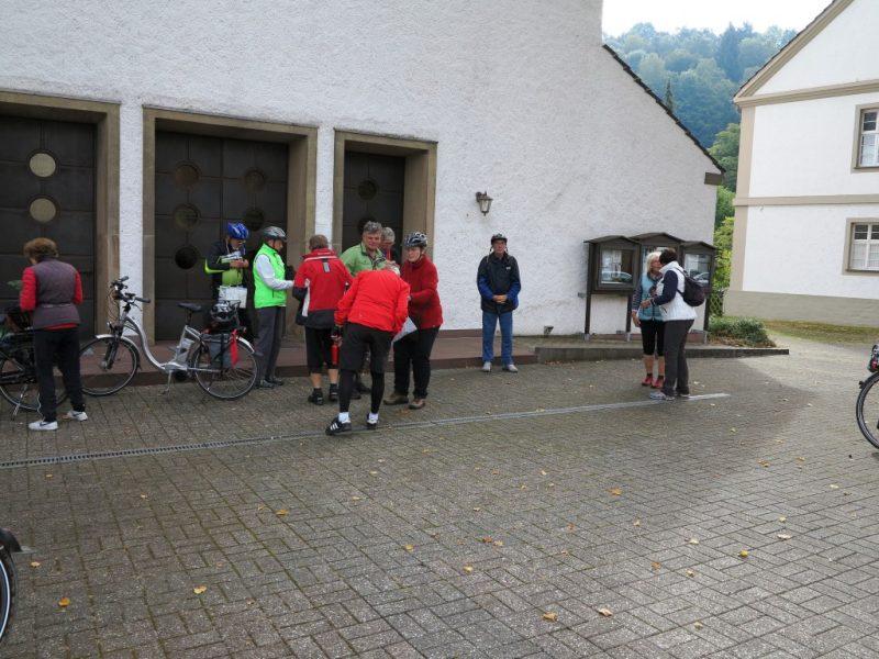 Auf dem Weg nach Herstelle:Zwischenstopp in Dahlhausen: Dr. Unger zeigt die Kirche