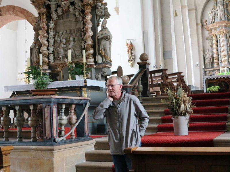 In der Stiftskirche zu Neuenheerse: Begrüßung und Führung durch Pater Thomas