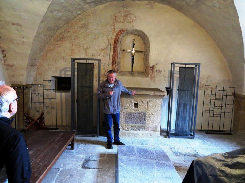 In der Ludgerikapelle: Grabplatte (11. Jh.) der Stifterin Walburg