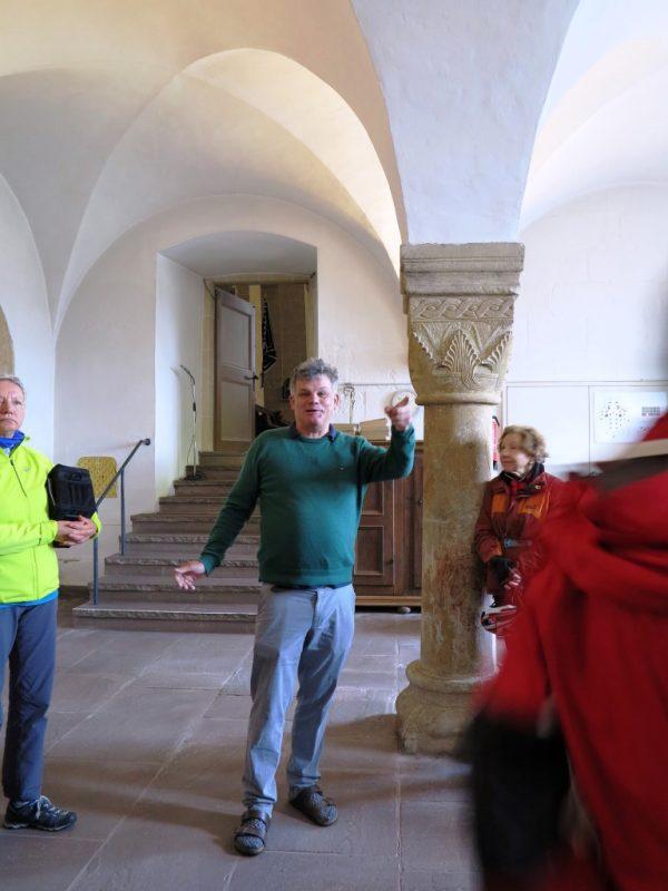 In der Sakristei: romanische Säulen mit reich verzierten Kapitellen