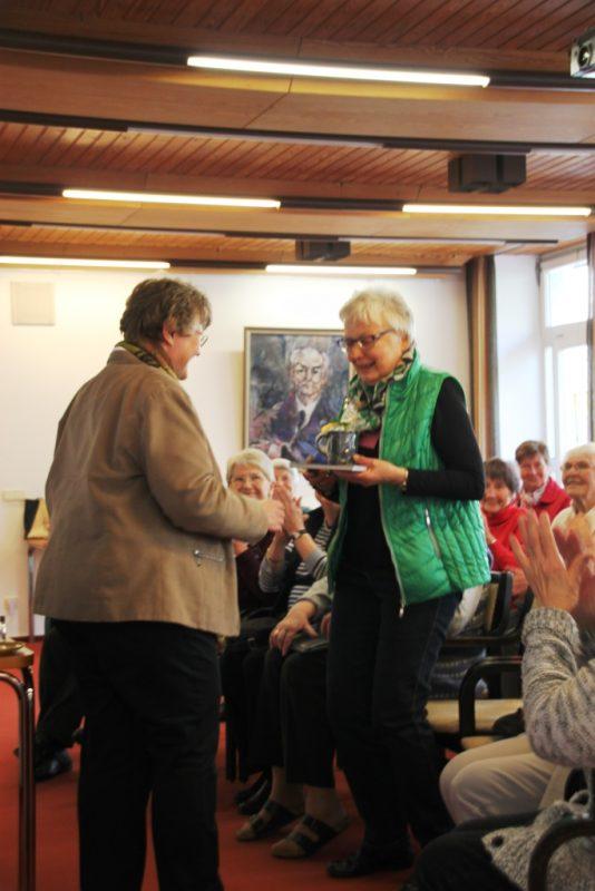 Die Oberin der Hegge, Dorothee Mann, überreicht Frau Ungemach ein Präsent für 10 Jahre Frauentagung