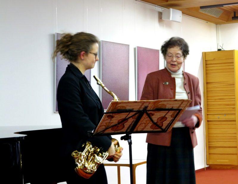 Dr. Anna Ulrich, Die Hegge, begrüßt Judith Burchhardt und Anton Cik