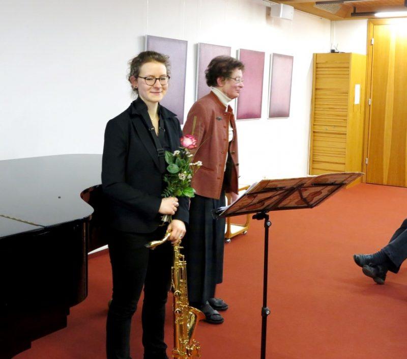 Dr. Anna Ulrich, Die Hegge, bedankt sich bei den Musikern