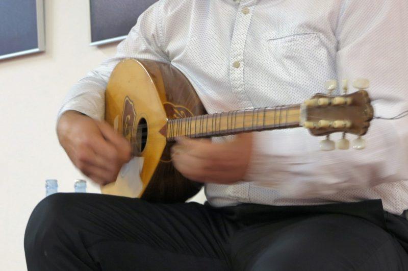 Virtuose Finger lassen die Laute erklingen