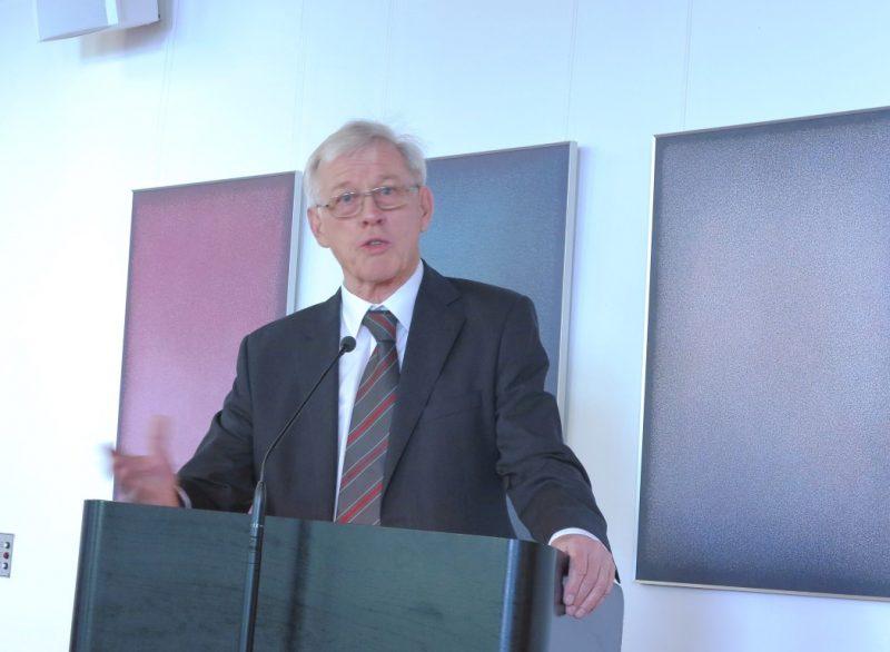 Dr. Norbert Ernst bei seinem Vortrag