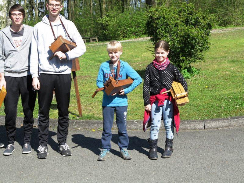 Am Karfreitag besuchen Kinder aus der Nachbargemeinde mit ihren Ratschen die Hegge.