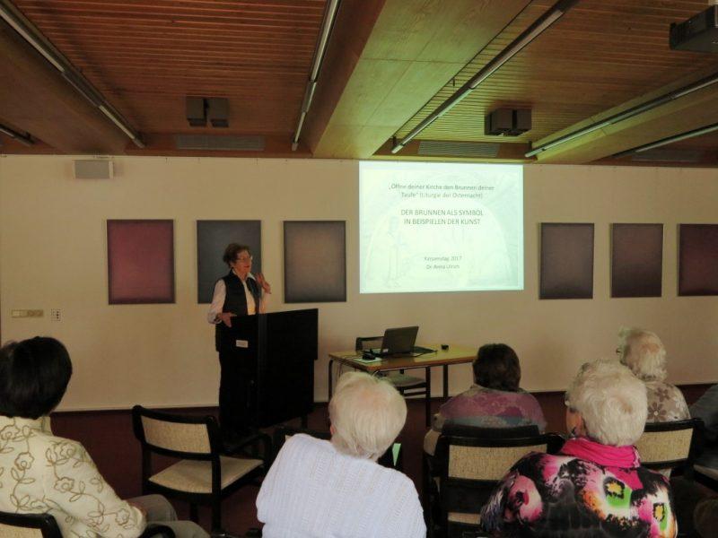 Dr. Anna Ulrich Die Hegge, beim Vortrag