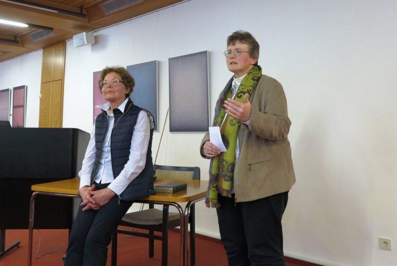 Lic. theol. Dorothee Mann  und Dr. Anna Ulrich führen in die Liturgie der Ostertage ein.