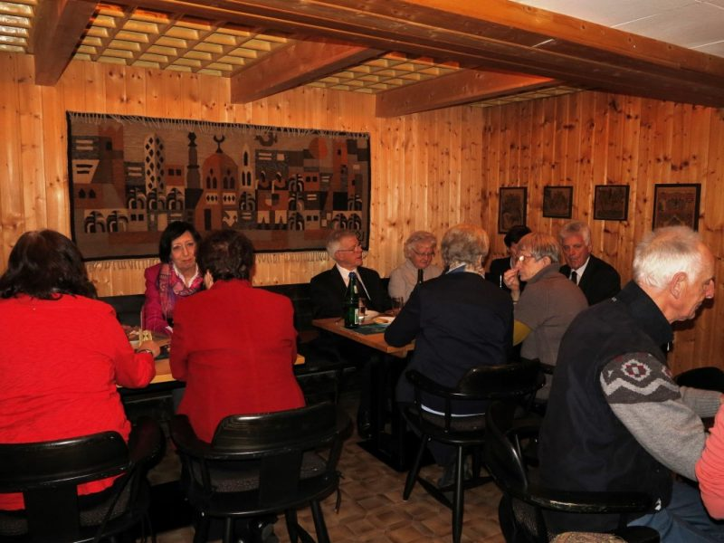 Gemütliches Zusammensein in der Kellerbar nach der Feier der Osternacht.