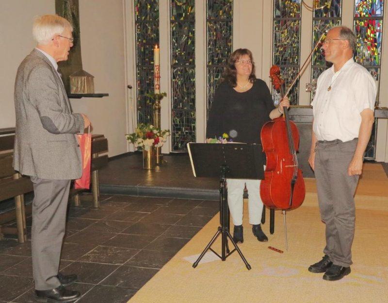 Dr. Norbert Ernst dankt Monika Kasper und Andreas Knapp