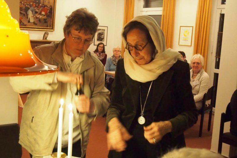 Rabbinerin Eveline Goodman-Thau eröffnet den Shabbat