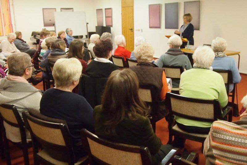 Zuhörerinnen mit Fr. Backhaus zur Kraft der Ermutigung