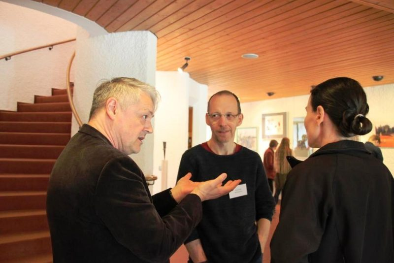 Dr. Brülls, Halle, im Gespräch mit Künstlern