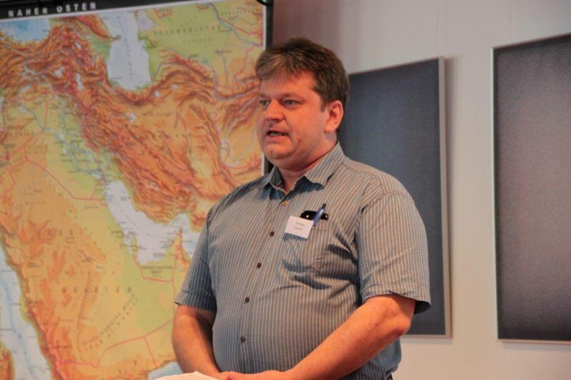 Damian Lazarek begrüßt die Seminarteilnehmer