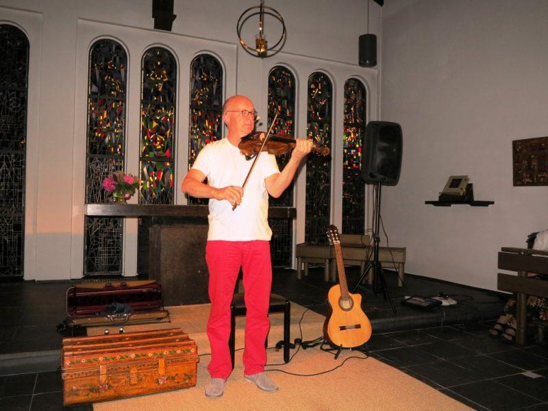Das Studium der Musik macht sich beim virtuosen Geigenspiel bemerkbar