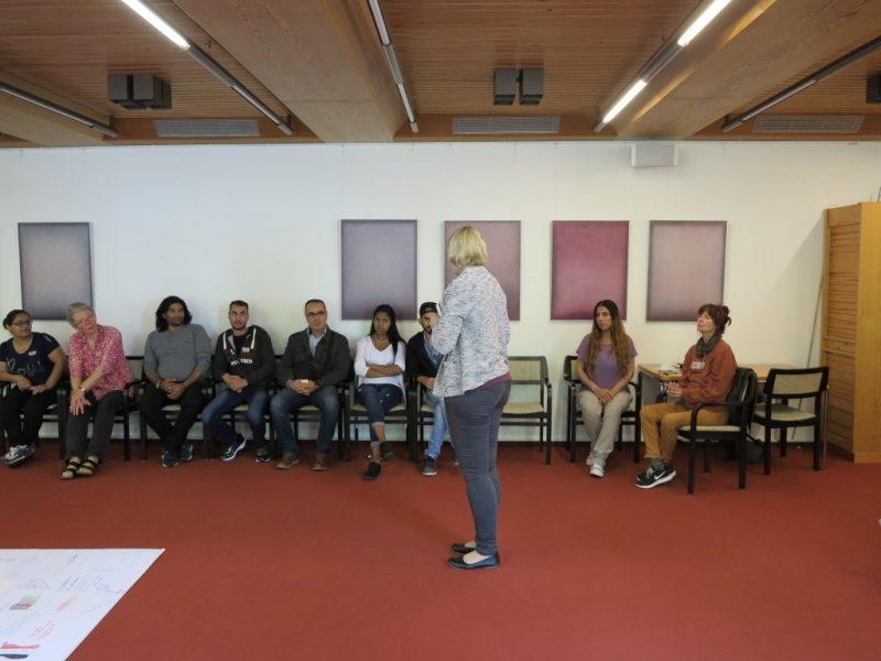 Frau Weber, Höxter, moderiert das Gespräch
