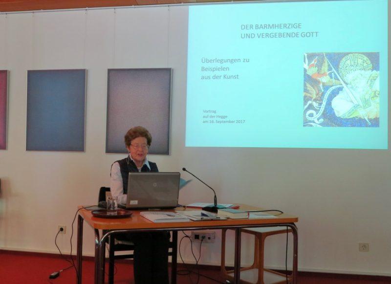 Dr. Anna Ulrich beim Vortrag