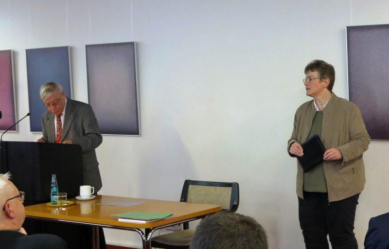 Begrüßung von Prof. Dr. Jörg Splett durch Dorothee Mann