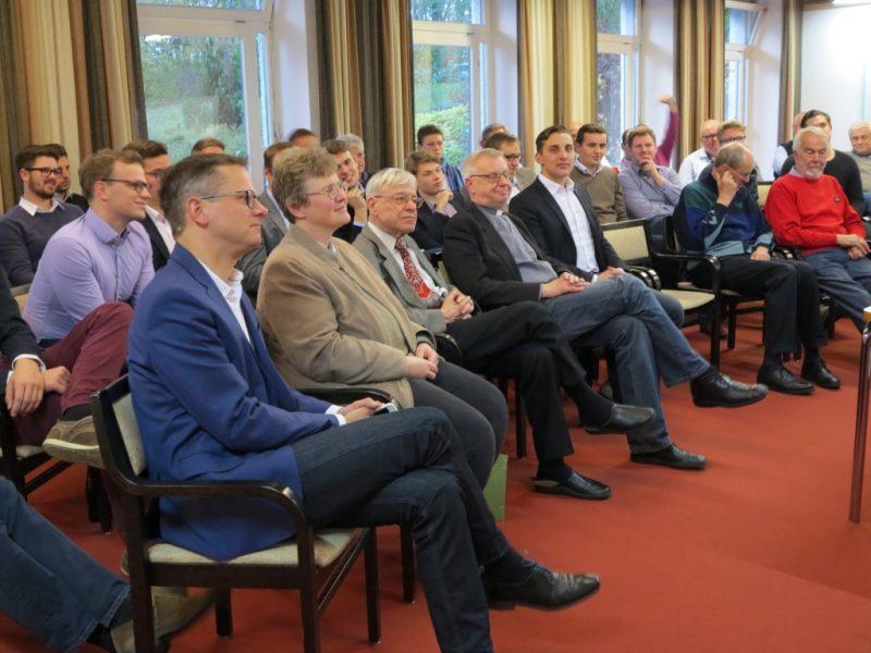 vorne v.l.n.re. Dr. Carsten Linnemann, Dorothee Mann, Die Hegge, Prof. Jörg Splett, Pfr. Heinz Erdbürger