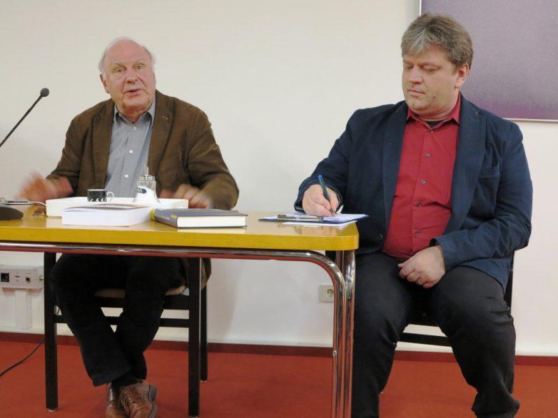 Prof. Dr. Udo Steinbach diskutiert mit den Teilnehmern