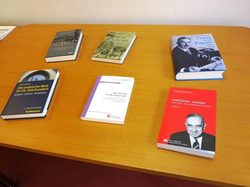 Reich bestückter Büchertisch