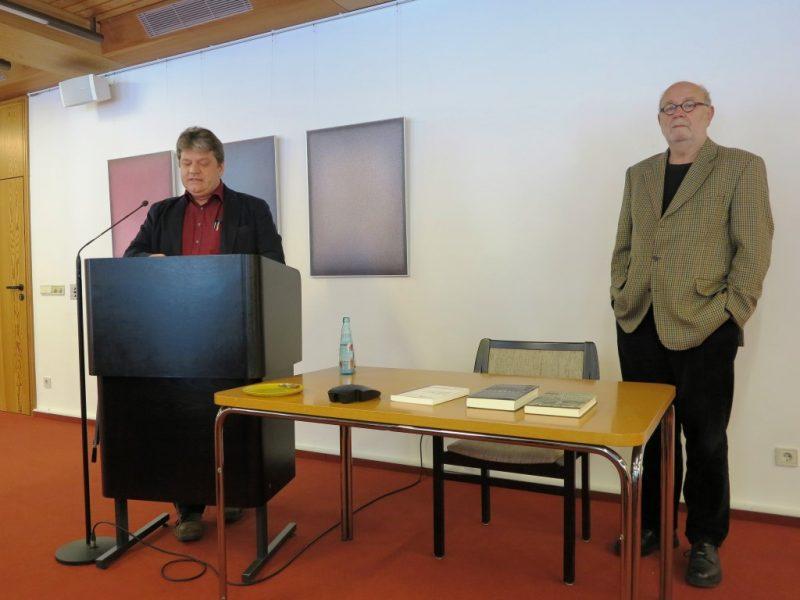 Damian Lazarek stellt den Referenten Dr. Hosfeld vor