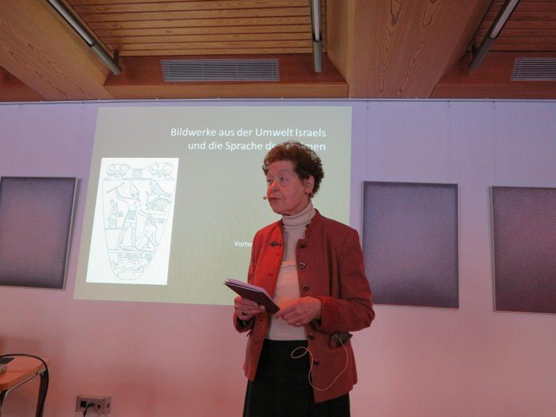 Frau Anna referiert über Bildwerke aus der Umwelt Israels