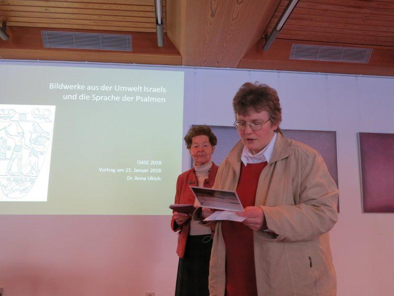 Frau Dorothee begrüßt Frau Anna zu ihrem Vortrag