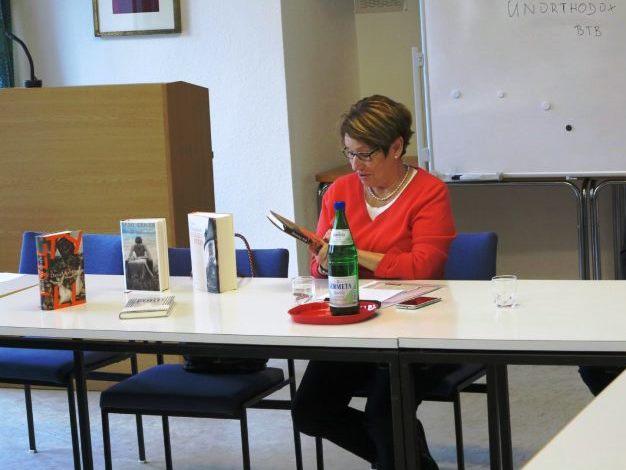 Die Buchhändlerinnen Heike Flegel und Rita Waltemode stellen neue Bücher vor