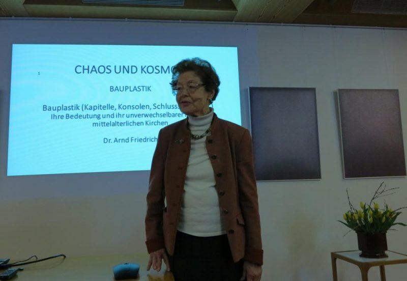 Dr. theol. Anna Ulrich, die Hegge, begrüßt Dr. A. Friedrich zu seinem Vortrag