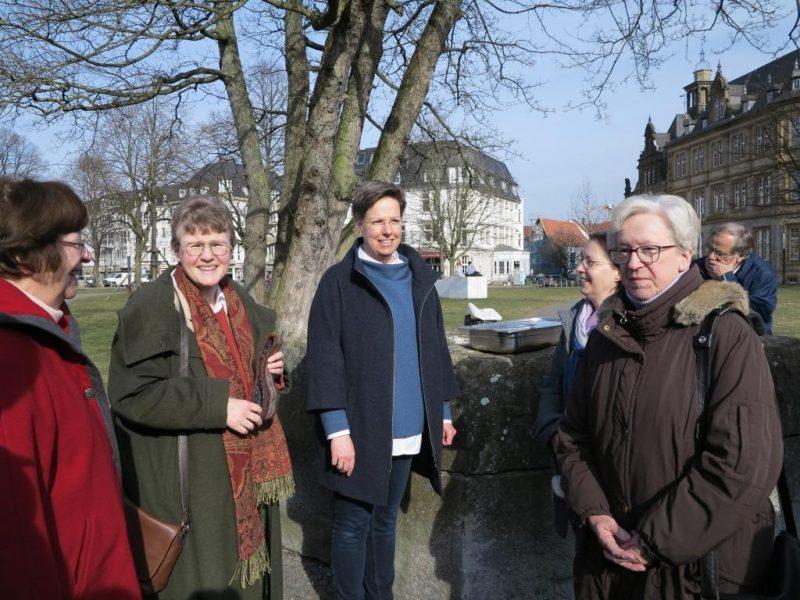 Exkursion nach Bielefeld: Empfang der Gruppe durch Susanne Kochannek und Bärbel Lödige vom Citykloster Bielefeld