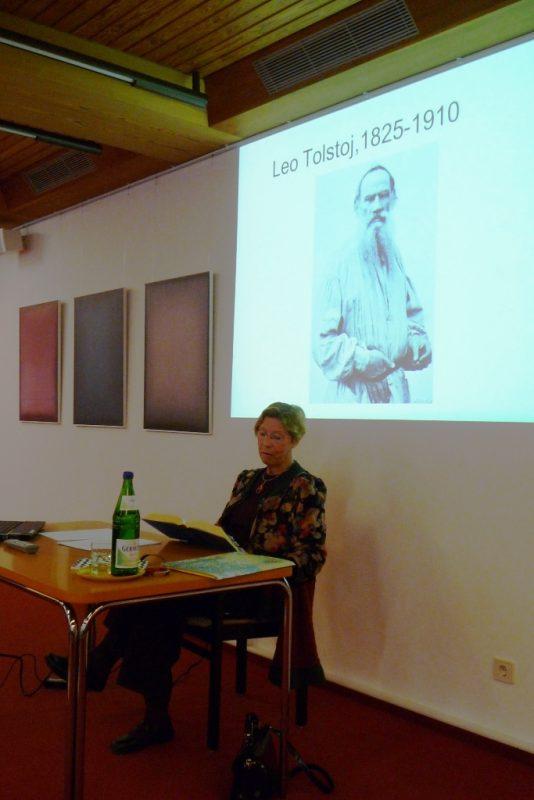 """Gerlinde Hennecke beim Vortrag zum """"Tod des Iwan Iljitsch"""""""