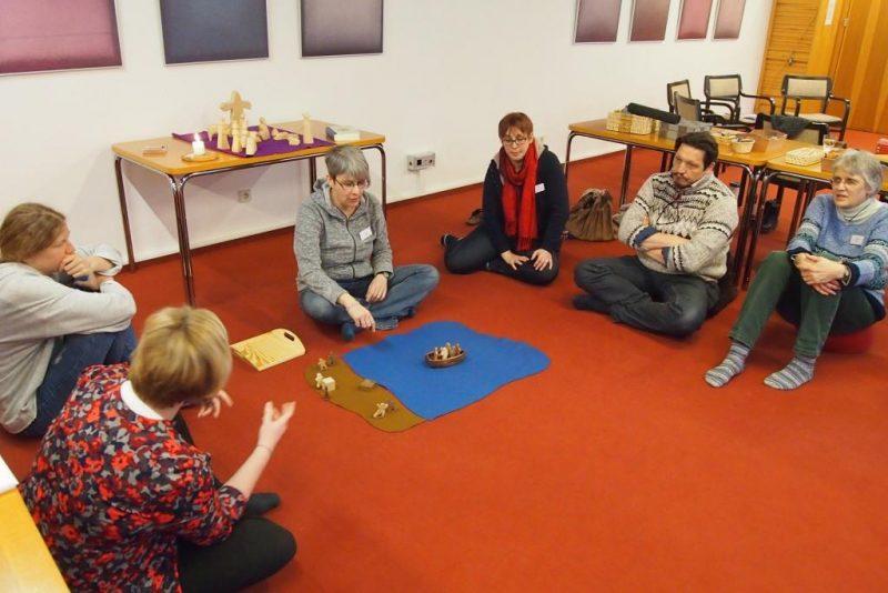 Im Teilnehmerkreis - Aufmerksames Zuhören und Ergründen