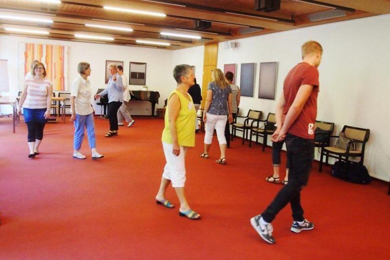 Teilnehmerinnen und Teilnehmer miteinander in Aktion
